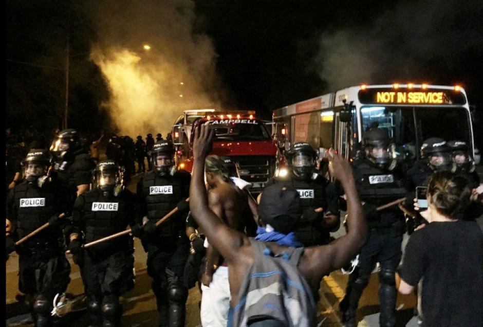 Las autoridades se mantienen en varias zonas de Charlotte. (Foto: ABC)