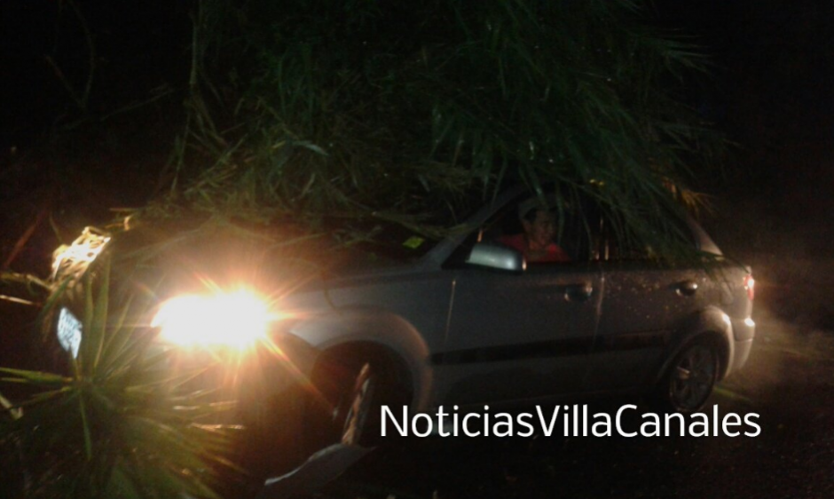 También ocurrió un derrumbe en el kilómetro 25 de carretera a El Salvador en la Aldea Colemenas. (Foto: Twitter, Noticias Villa Canales)