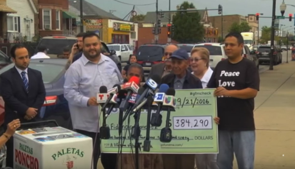 Don Fidencio Sánchez y su esposa reciben el cheque de 348 mil dólares. (Foto: Captura de video)