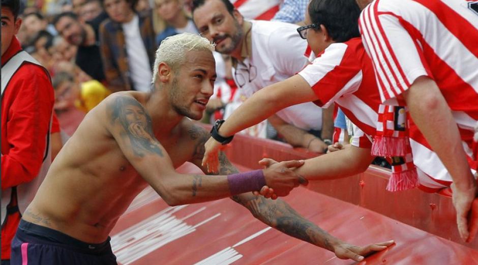 Imagen del momento en el que el brasileño entregó su camiseta. (Foto: Twitter)