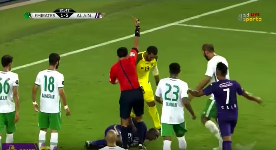 El árbitro lo expulsó y ante ello...decidió patear al rival otra vez. (Captura de Pantalla)