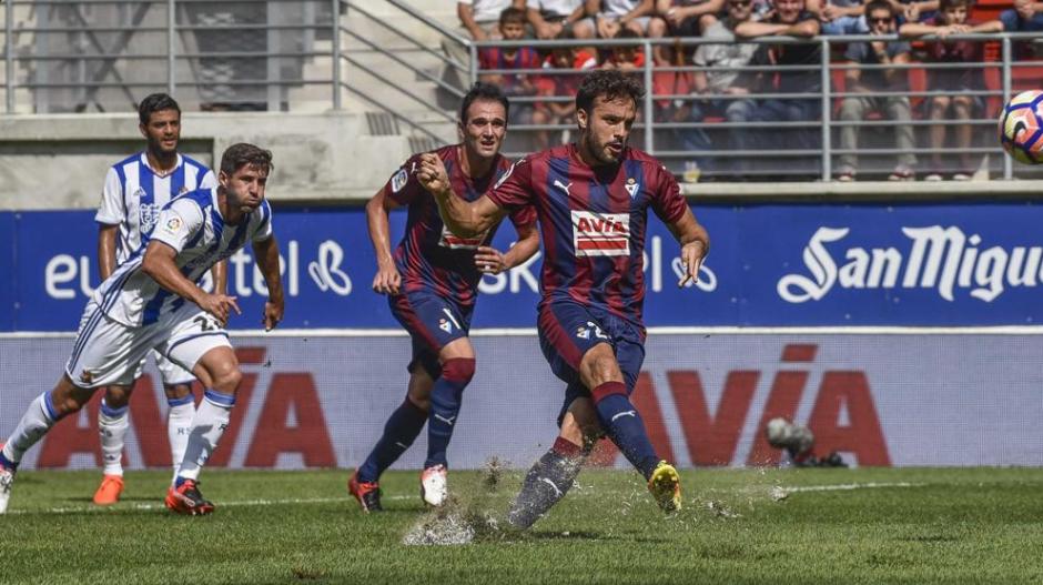 Pedro León, al momento del remate vs la Real Sociedad. (Foto: Marca)