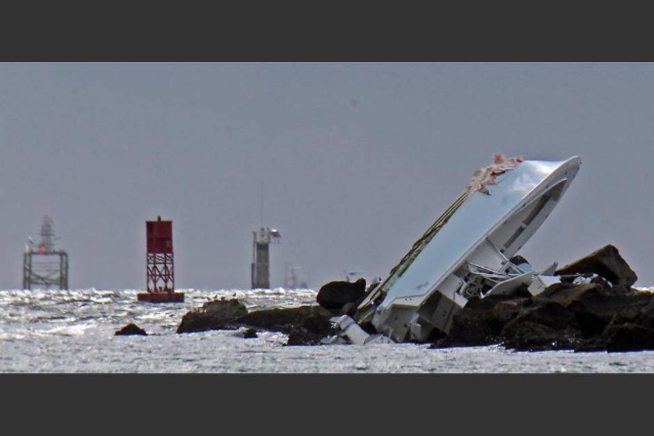 El bote chocó contra las rocas de un rompeolas. (Foto: Patrick Farrell/Miami Herald)