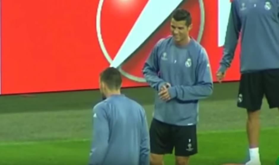 Cristiano se enfadó por un pelotazo de James en la mano. (Captura de Pantalla)