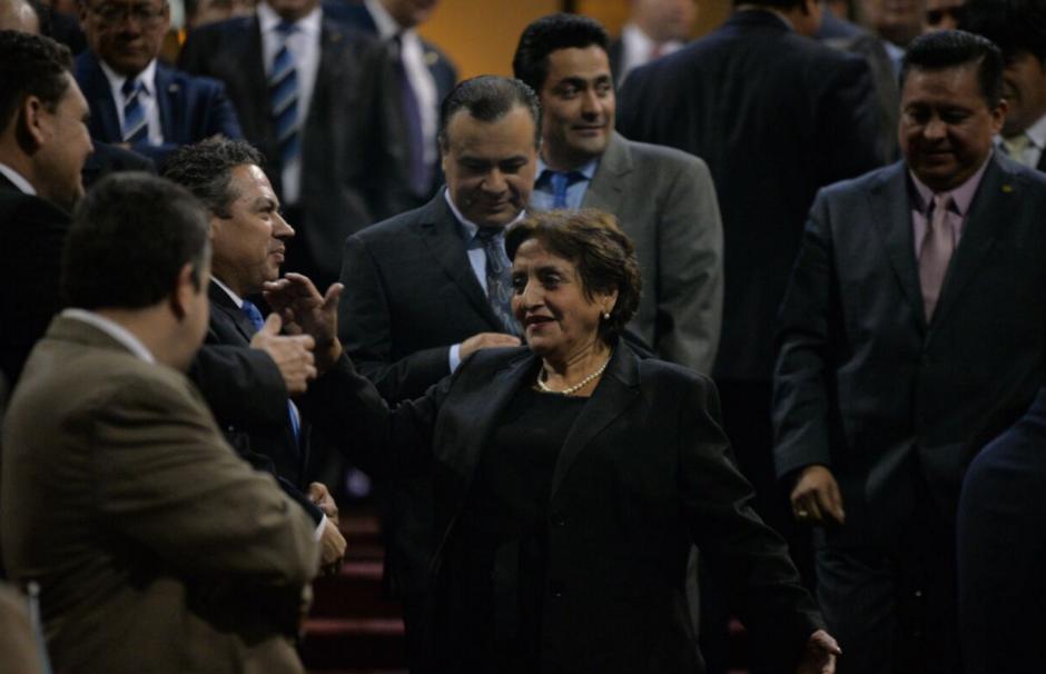 La nueva magistrada saluda a los diputados a su ingreso al hemiciclo. (Foto: Wilder López/Soy502)