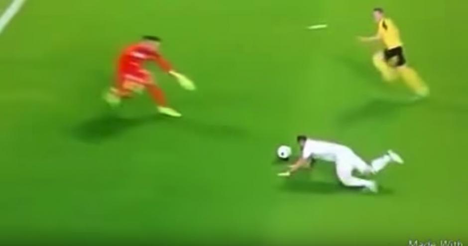 Benzema se iba solo... pero se cayó. (Captura de Pantalla)