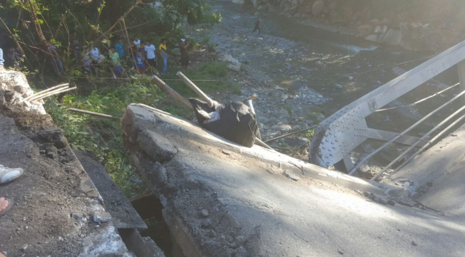 El puente conocido como Santa Rosa en Mayuelas colapsó. (Foto: Dalia Santos)