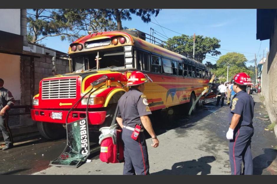 El atentado contra un autobús dejó dos muertos y 17 heridos. (Foto: CBM Departamental)