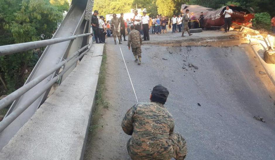 El cuerpo de ingenieros del Ejército evaluó los daños en el puente. (Foto: Francisco Vela/Facebook)
