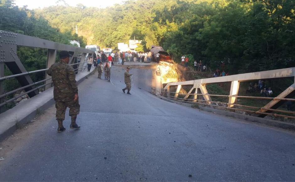 El puente Santa Rosa colapsó mientras un vehículo de transporte pesado transitaba sobre este. (Foto: Francisco Vela/Facebook)