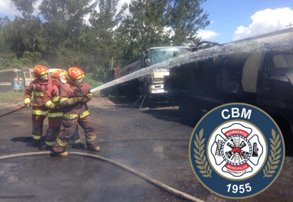 Cientos de galones de agua fueron usados para controlar las llamas. (Foto: Bomberos Municipales)
