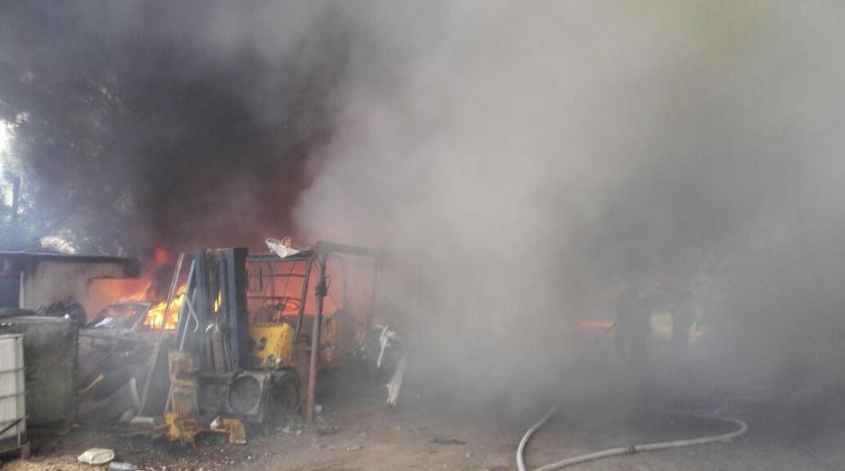 Un predio de carros y camiones fue consumido por el fuego. (Foto: Bomberos Municipales)