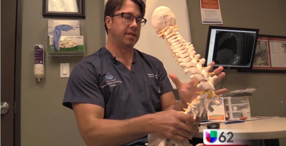 El doctor Matt Geck señala que la escolosis y la sifosis pueden generar complicaciones en la salud de la muchacha. (Captura Youtube)