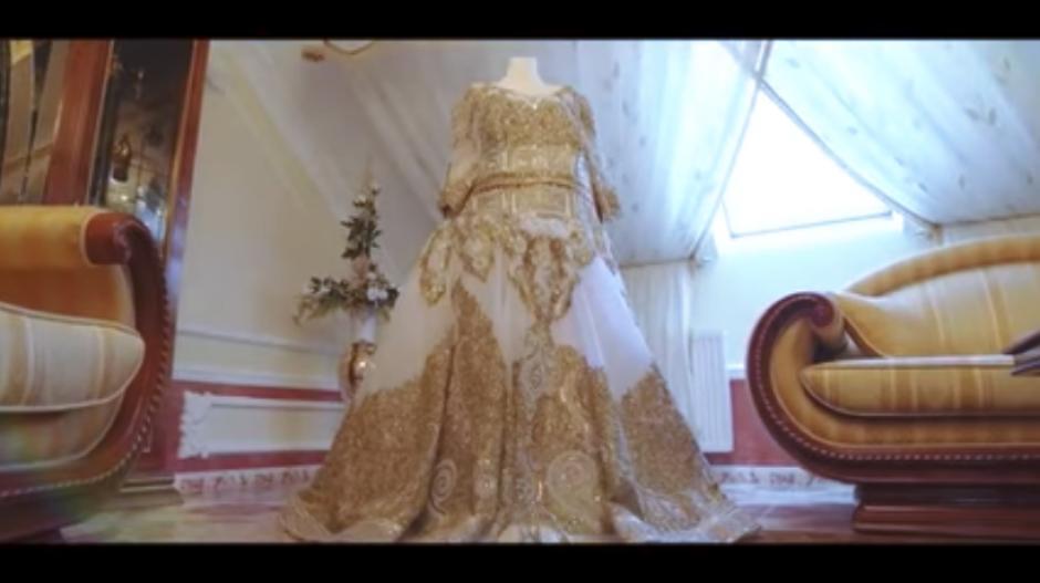 El vestido de la novia tenía incrustaciones de oro. (Captura Youtube)