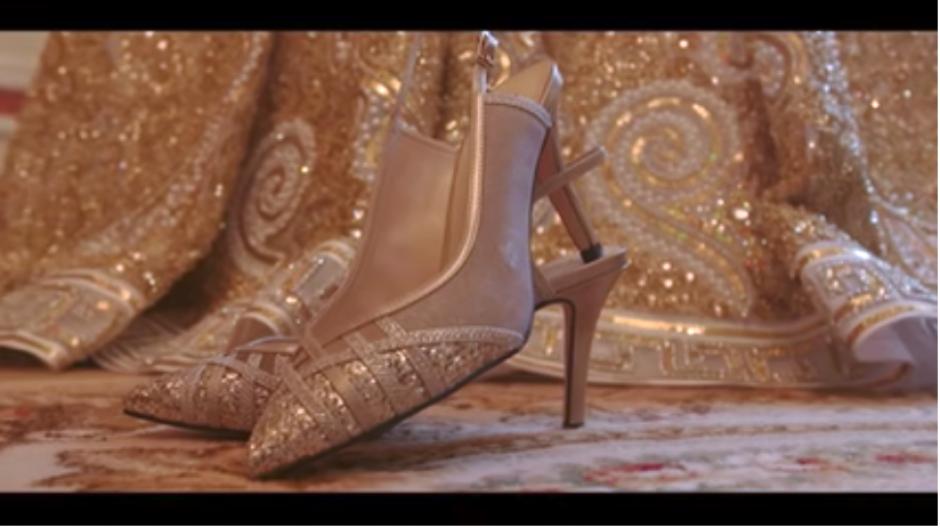 Hasta los zapatos fueron diseñados especialmente para la ocasión. (Captura Youtube)