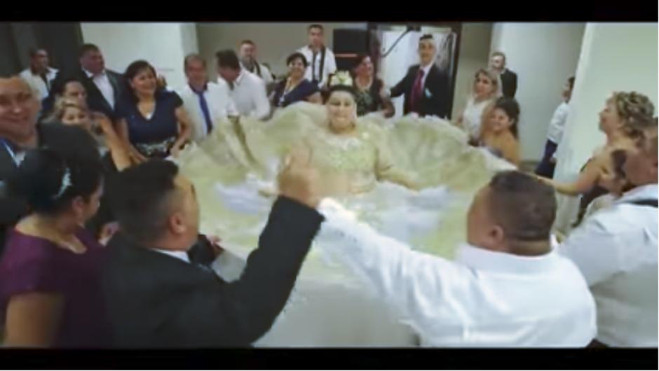 Algunos invitados lanzaron billetes de 500 euros hacia la novia, como una muestra para desearle éxitos en su vida marital. (Captura Youtube)