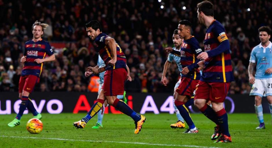 Luis Suárez remata el penal indirecto de Messi. (Foto: Infobae.com)