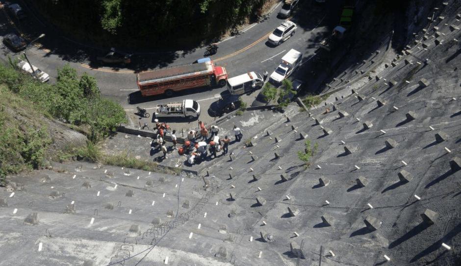 El accidente provocó que el motorista cayera más de 50 metros. (Foto: Bomberos Voluntarios)