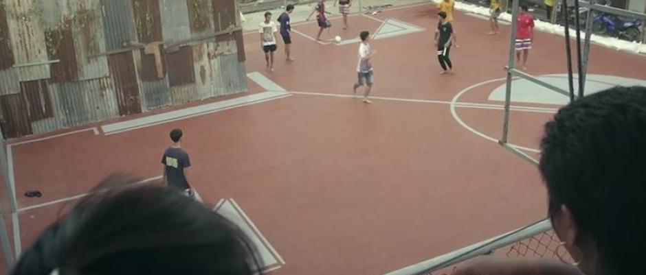 Jóvenes juegan en una de las curiosas canchas. (Foto: Infobae)