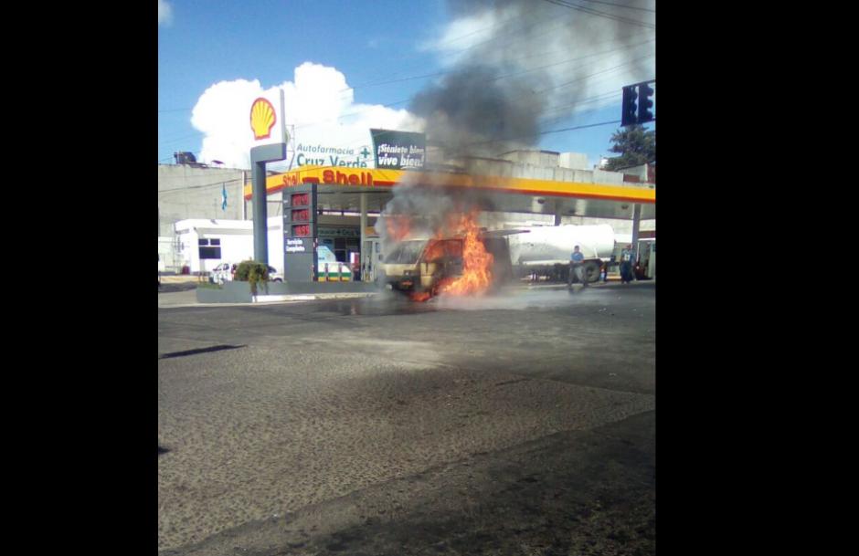 El incendio causó alarma en el sector. (Foto: Twitter/@EmixtraPablo)