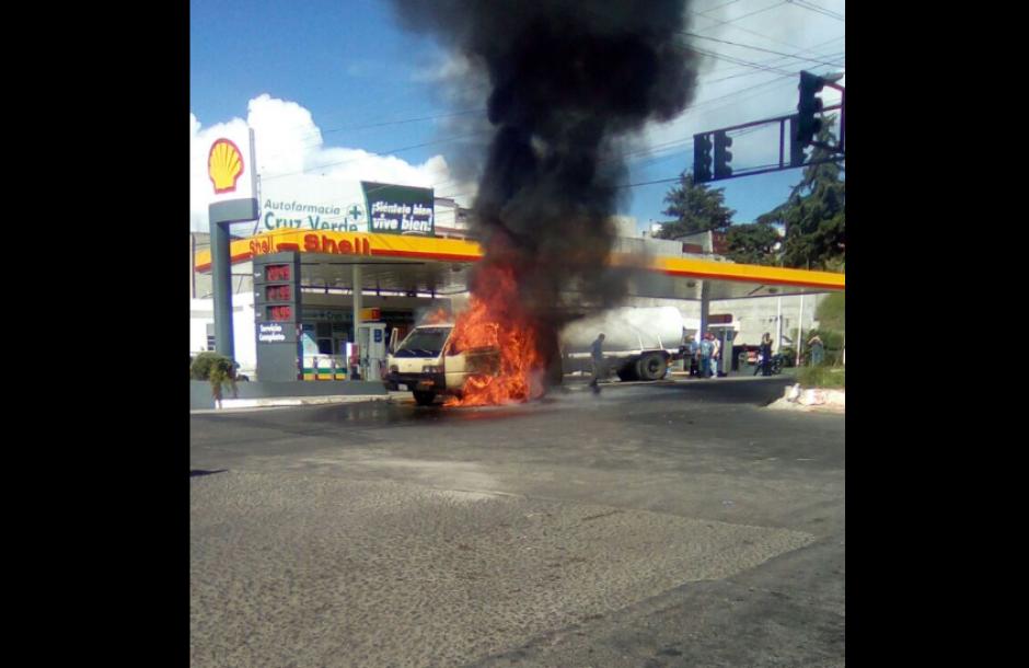 Los bomberos acudieron al lugar para apagar el fuego. (Foto: Twitter/@EmixtraPablo)
