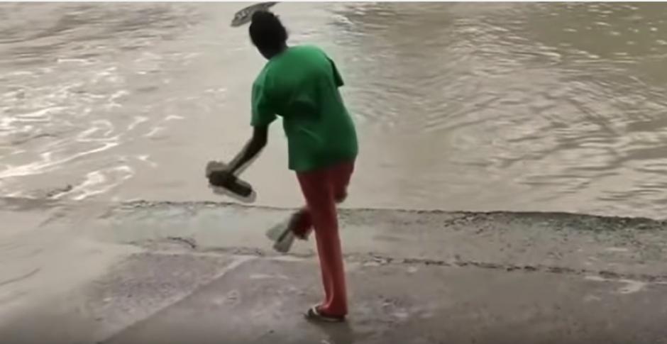 Esta mujer se quita la chancleta y espanta a un enorme cocodrilo. (Foto: Captura de video)