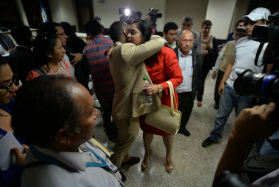Tras conocer la resolución, familiares de Reinoso la abrazaron y le dieron palabras de ánimo. (Foto: Wilder López/Soy502)