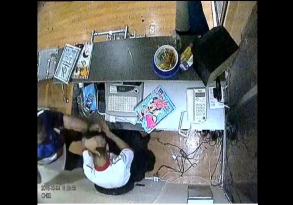 El cliente busca al peluquero para golpearlo. (Foto: Captura de pantalla)