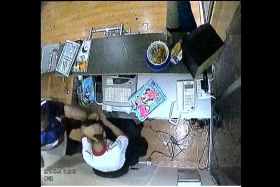 El incidente ocurrió el martes por la noche cuando el cliente inconforme golpeó al trabajador. (Foto: Captura de pantalla)