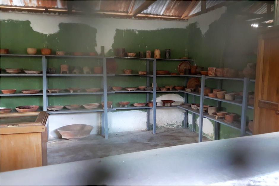 Su colección incluye desde piezas de cerámica hasta trozos de jade tallado. (Foto: Javier Lainfiesta/Soy502)