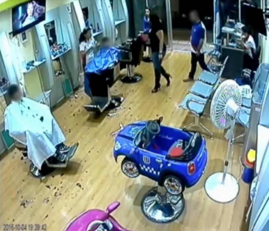 Las cámaras de seguridad captaron el momento de la agresión. (Foto: Captura de pantalla)