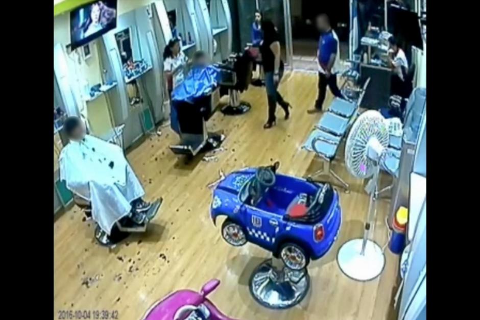 En las imágenes se observa el momento en el que el agresor se acerca al peluquero. (Foto: Captura de pantalla)