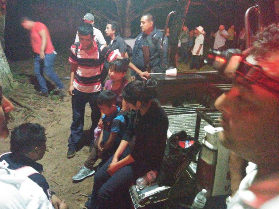 Ellos viajaban con un grupo de al menos 60 migrantes que fueron abandonados dentro de un camión. (Foto: Twitter, Cruz Roja Mexicana)