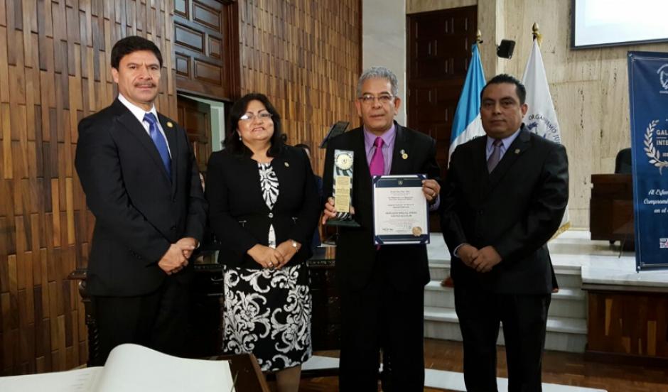 El juez Miguel Ángel Gálvez recibió el Galardón de la Integridad Institucional del OJ. (Foto: OJ)