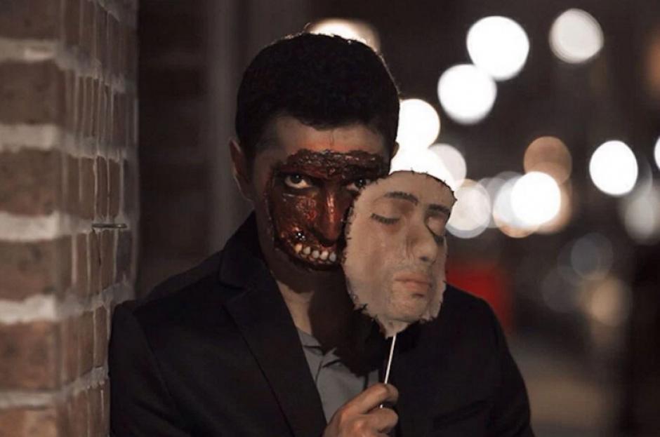 Un rostro falso y una careta podrían ahorrarte pensar en tu vestuario. (Foto: sopitas.com)