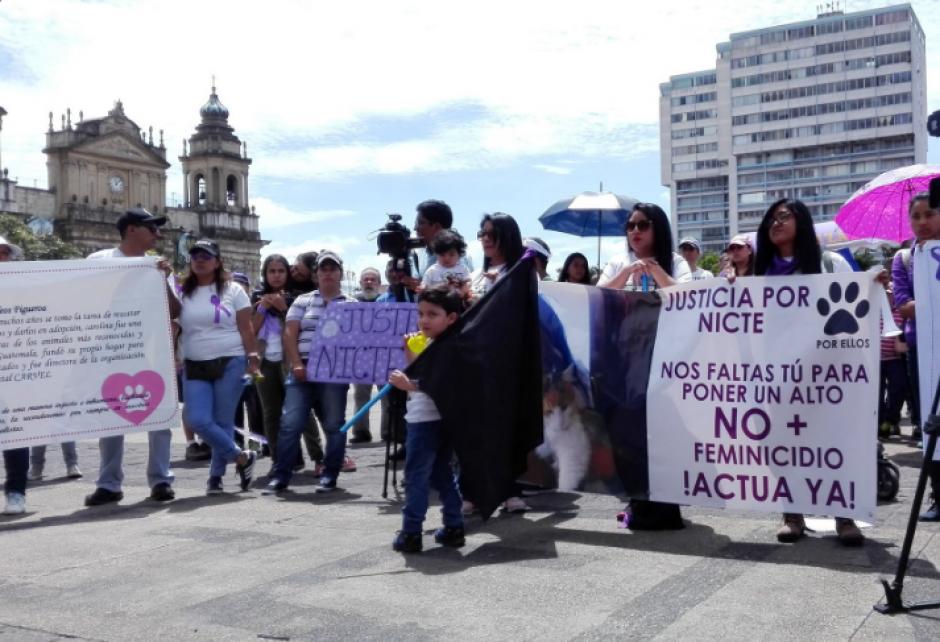En la Plaza de la Constitución, se gritaron consignas exigiendo una pronta investigación y que la violencia cese. (Foto: Marcia Zavala/Soy502)