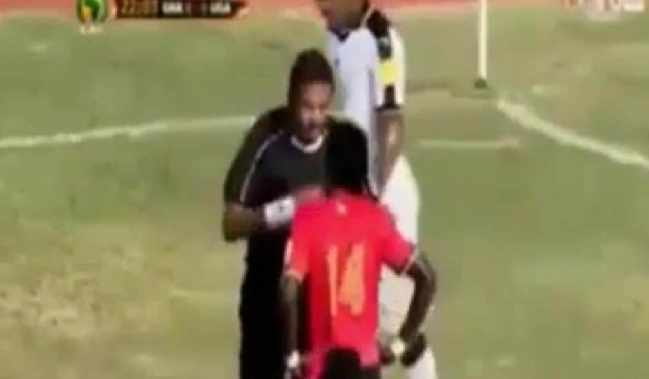 """El árbitro captó la atención de todos al sacar una tarjeta amarilla """"imaginaria"""""""