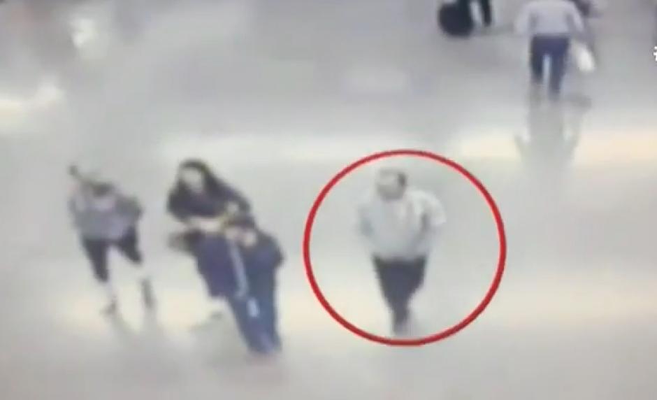 Acá la cámara de seguridad marca el momento en el que el hombre deja tirado el dinero. (Foto: Captura de video)
