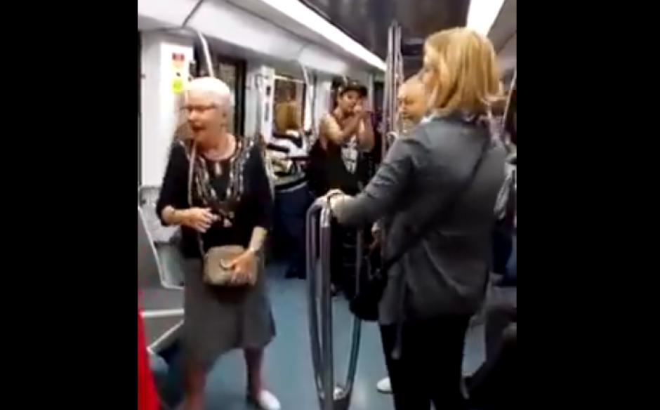 Dos ancianos bailaron de manera espontánea ante un beatbox improvisado en el metro de Barcelona