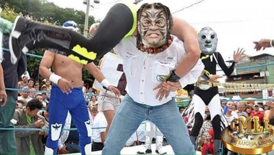 Con varias máscaras de luchadores fue viralizado el alcalde. (Foto: Facebook/Ronald Mackay)