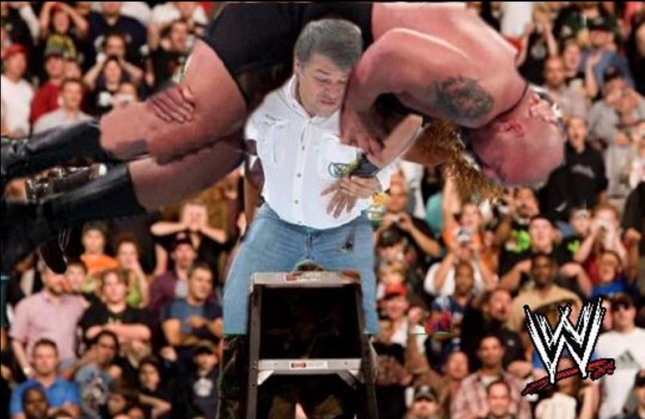 En la popular WWE fue colocado el alcalde.  (Foto: Facebook/Ronald Mackay)