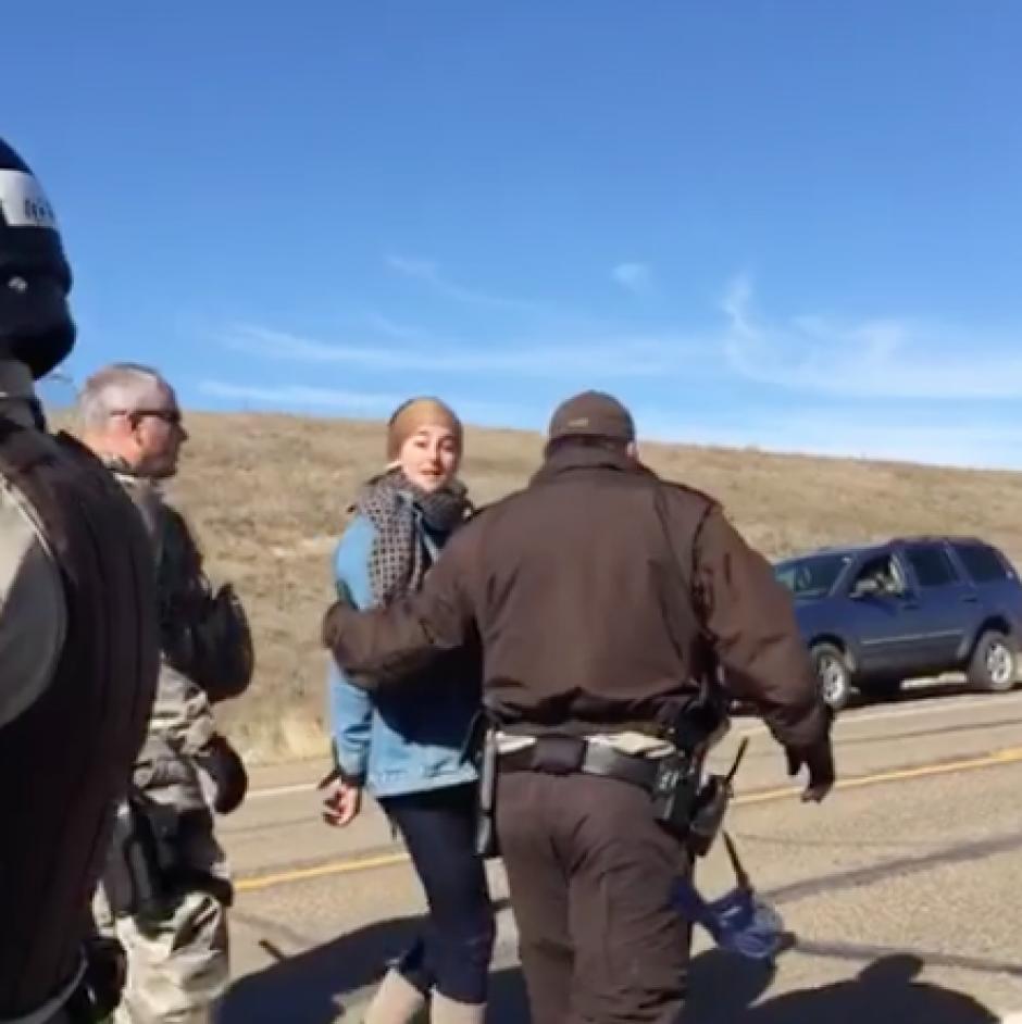 El arresto de la actriz fue transmitido en su perfil de Facebook debido a que grababa la protesta. (Foto: Captura de pantalla)