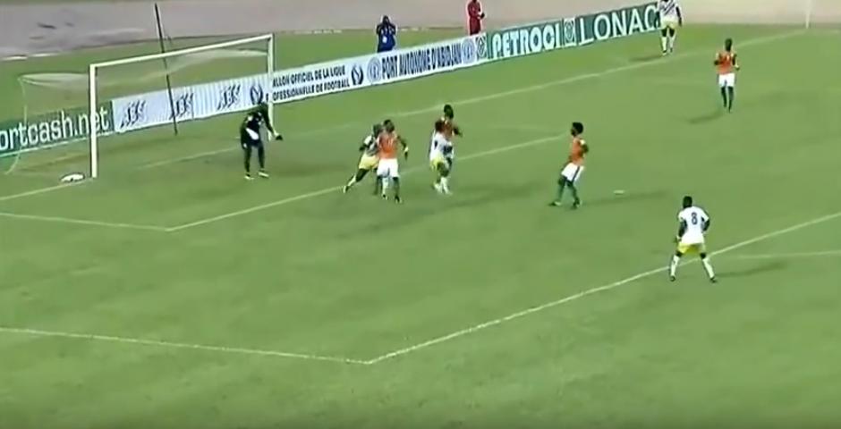 Moussa Doumbia había chocado en el aire. (Captura de Pantalla)