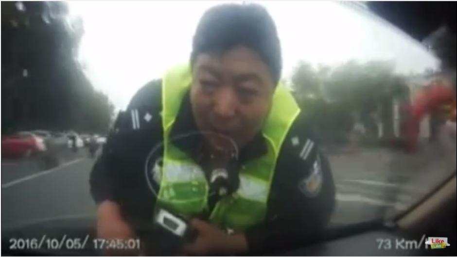 El irresponsable conductor maneja a una velocidad que alcanza los 100 kilómetros por hora poniendo en peligro la vida del servidor público. (Captura Youtube)