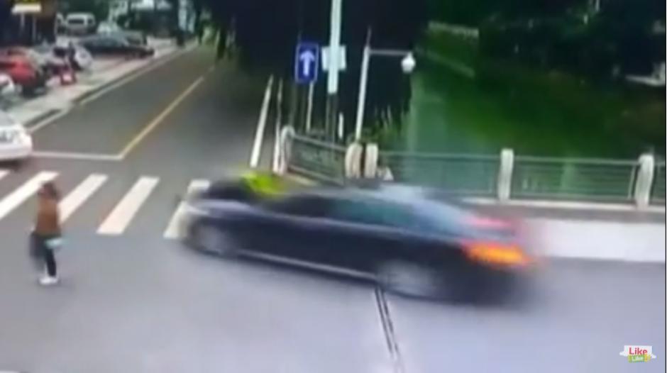 La escena quedó registrada en la cámara que llevaba el carro del conductor y de la ciudad donde ocurrió el incidente. (Captura Youtube)