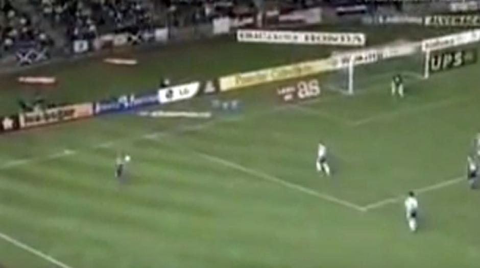 En la esquina inferior izquierda se ve a Roberto Carlos...desde allí marcaría el gol. (Captura de Pantalla)