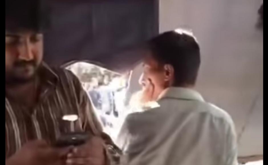 Un video grabado en Pakistán y publicado en YouTube muestra una de las bromas más viejas que existen