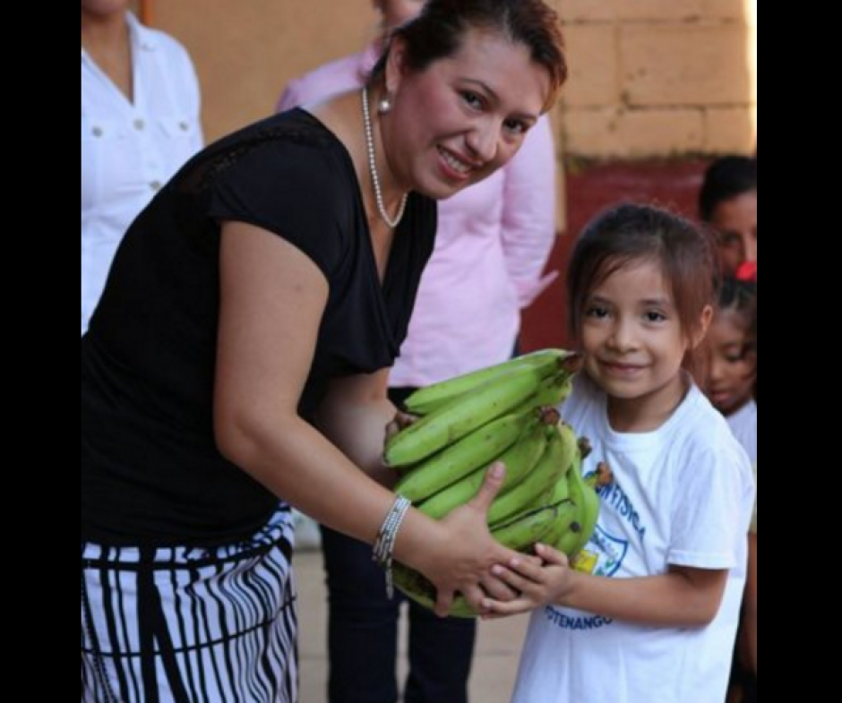 La gobernadora de Suchitepéquez gestionó los bananos. (Foto: Facebook/Gobernación Suchitepéquez)