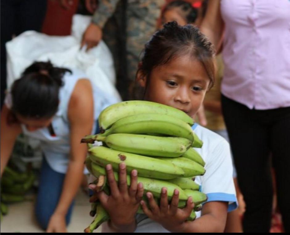 Niños y niñas de una escuela recibieron la donación. (Foto: Facebook/Gobernación Suchitepéquez)
