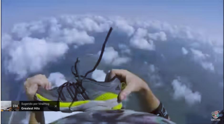 Tras varios intentos por alcanzarlo, el paracaidista logra recuperar su bota derecha. (Captura Youtube)